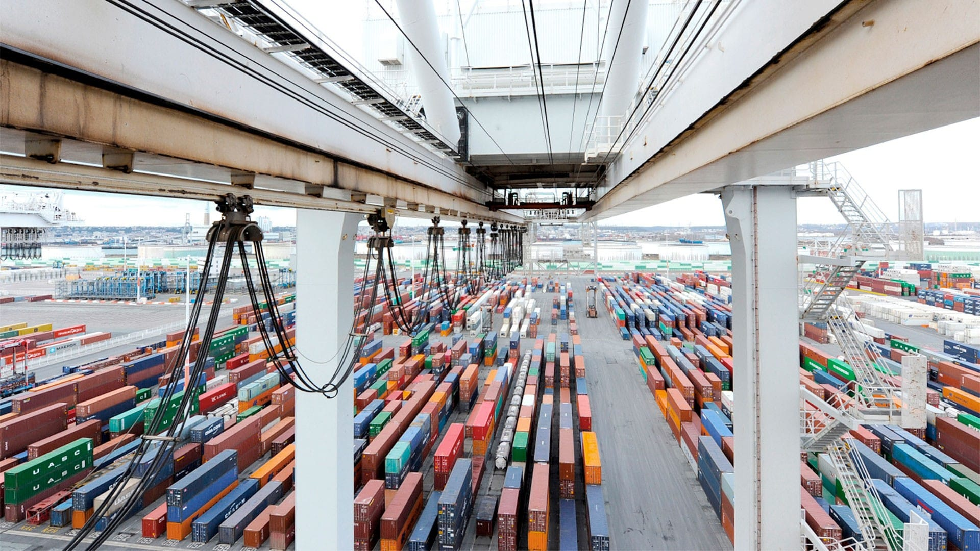 Chargement d'un porte-conteneurs au Terminal de France par la société GMP
